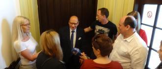 Prerzydent Tadeusz Ferenc oraz rodzice uczniów szkół muzycznych i dziennikarze przed salą sesyjną ratusza. Fot. Adam Cyło