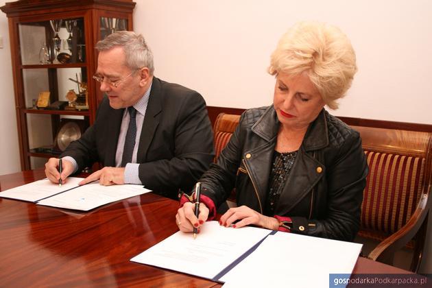 Od lewej: Andrzej Arendarski, prezes Krajowej Izby Gospodarczej oraz Eva Blaisdell, założycielka Angel Mobile. Fot. KIG