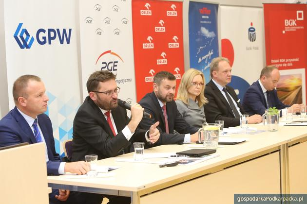 Z mikrofonem Paweł Tamborski, prezes GPW, obok niego Grzegorz Wrona, Pracodawcy RP
