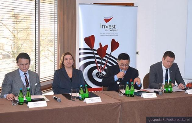 Od lewej: Tomasz Pilewicz z Philips Polska, profesor Hanna Godlewska-Majkowska z SGH, prezes PAIiIZ Sławomir Majman, wiceprezes PAIiIZ Michał Dąbrowski podczas preznetacji raportu. Fot. PAIiIZ