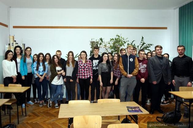 Studenci WSPiA szkolą maturzystów z prawa