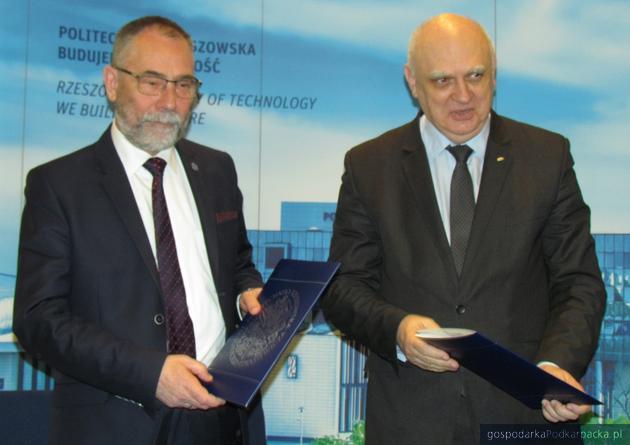 Od lewej prof Marek Orkisz, rektor Politechniki Rzeszowskiej i prof.. Marek Banaszkiewicz, prezes Polskiej Agencji Kosmicznej
