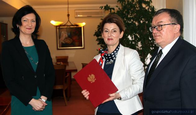 Od lewej wojewoda Ewa Leniart, kurator Małgorzata Rauch i wicewojewoda Witold Lechowski