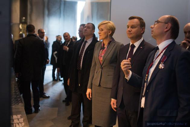 Para prezydencka oprowadzana przez dr Mateusza Szpytmę, dyrektora Muzeum. Fot. Michał Mielniczuk