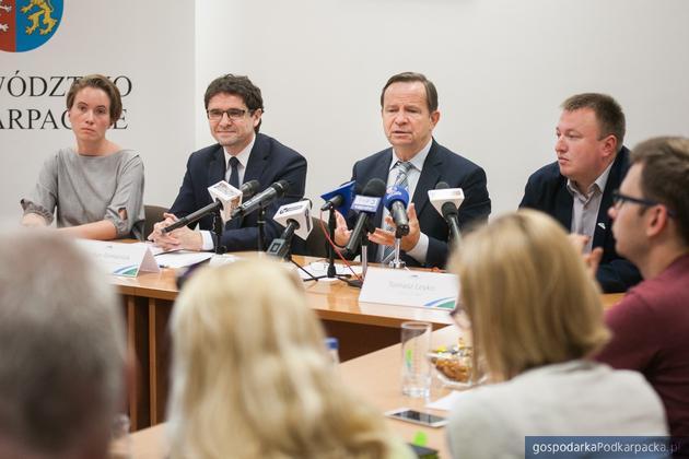 Od lewej kierownik Marta Żurek, wicemarszałek Bogdan Romaniuk, marszałek Władysław Ortyl, rzecznik marszałka Tomasz Leyko. Fot. Michał Mielniczuk