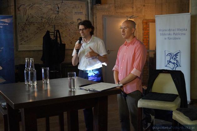Spotkanie z Piotrem Milewskim (z prawej) – wędrowcem, fotografem, pisarzem, które poprowadził Adam Głaczyński – dziennikarz Polskiego Radia Rzeszów