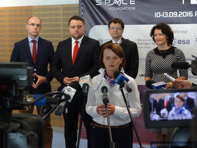 Na pierwszym planie wiceminister Jadwiga Emilewicz