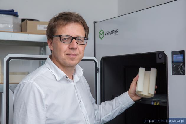 Tomasz Szymański, prezes Verashape przy drukarce marki Vshaper. Fot. materiały prasowe