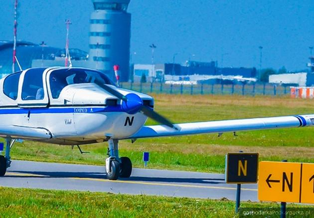 Pas w Ośrodku Kształcenia Lotniczego. W tle Port Lotniczy Rzeszów-Jasionka