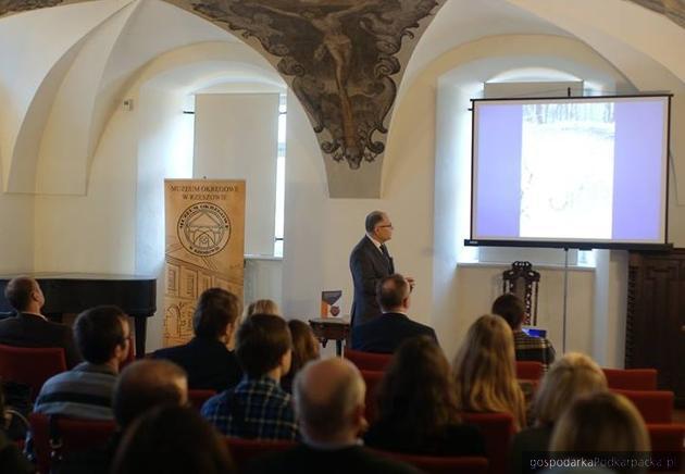 Profesor Sylwester Czopek podczas prezentacji książki. Fot. Muzeum Okręgowe w Rzeszowie