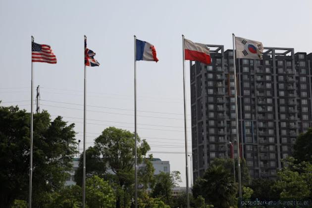 Polska flaga przed siedzibą Parku Technologicznego w Nanningu, fot. UMWP