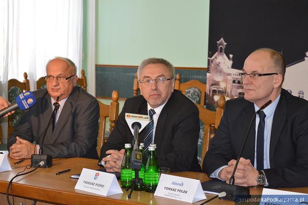 W środku burmistrz Tadeusz Pióro, z prawej prezesTomasz Polek