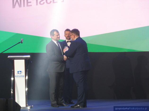 Od lewej przewodniczący sejmiku Jerzy Cypryś, redaktor naczelny Pasażer.com Paweł Cybulak oraz prezes Lot Rafał Milczarski