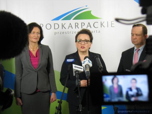 Od lewej wojewoda Ewa Leniart, minister Anna Zalewska i marszałek Władysław Ortyl