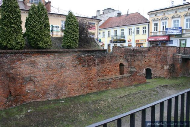 Brama Krakowska wraz z fosą, murem i wałem. Fot. jaroslaw.pl
