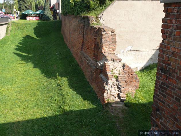 Mur obronny przy bramie - kurtyna zachodnia systemu fortyfikacji miejskich. Fot. jaroslaw.pl
