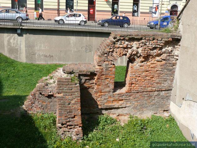 Fragmenty oryginalnego muru z XVII w. zabezpieczone w latach 70.tych XX w. Fot. jaroslaw.pl