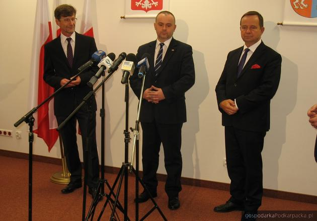 Od lewej prof Dariusz Dudek, minister - zastapeca szefa Kancelarii Prezydenta Paweł Mucha i marszałek Władysław Ortyl
