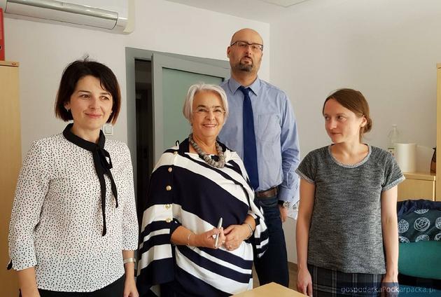 Łucja Bielec, prezesFundacji SOS Życie (w środku)