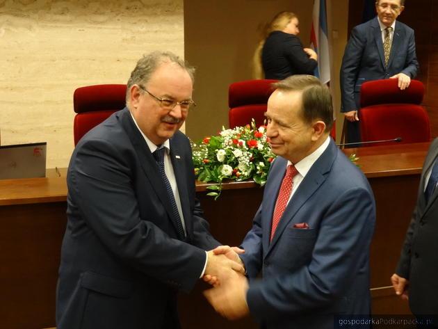 Piotr Pilch (z lewej) tuż po wybore odbiera gratulacje od marszałka Władysława Ortyla. Fot. Adam Cyło