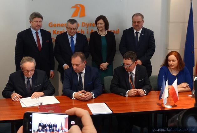 Zbigniew Kwaśny z Promost Consulting (z lewej) podpisuje umowa z przedstawicielami GDDKiA.Fot. Adam Cyło