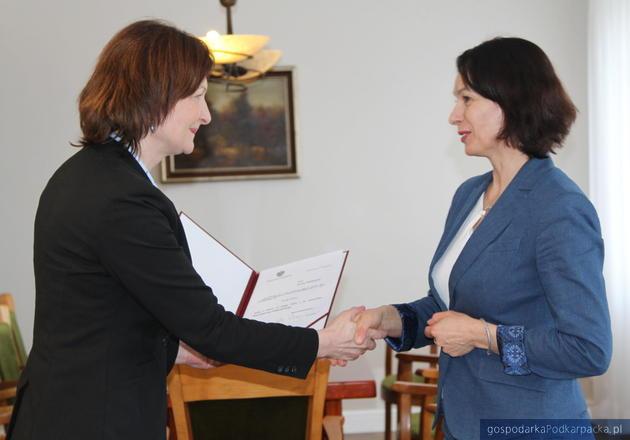 Od lewej wojewoda Ewa Leniart i wicewojewoda Lucyna Podhalicz