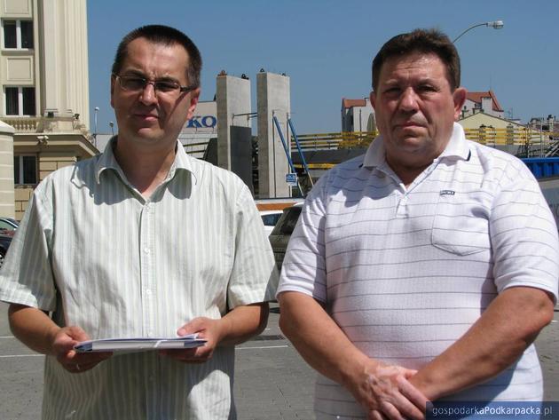 Od lewej: Ireneusz Dzieszko i Wiesław Walat na tle okrągłej kładki, fot. Adam Cyło