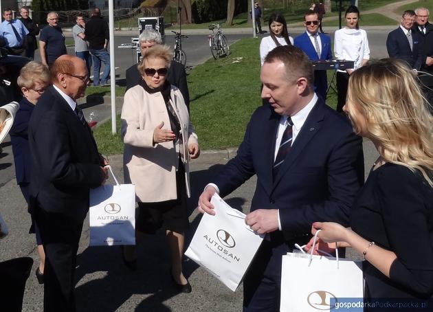 Prezydent Rzeszowa Tadeusz Ferenc, dyrektor Zarządu Transportu Miejskiego Anna Kowalska i prezes Autosanu Michał Stachura