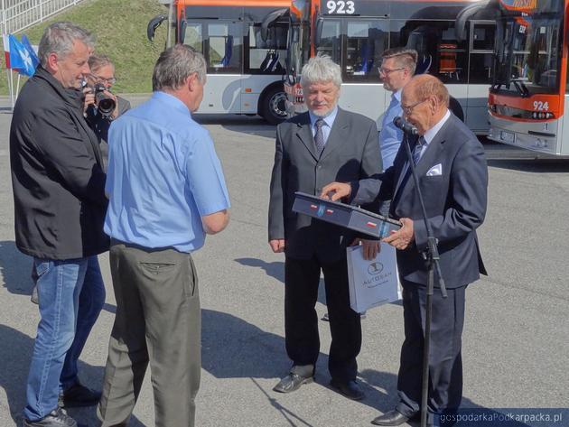 Prezydent Tadeusz Ferenc i prezes MPK Rzeszów przekazują kierowcom klucze do nowych pojazdów