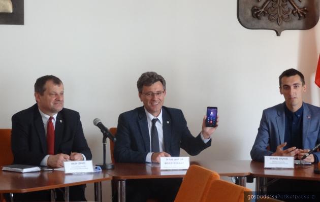 Podczas konferencji prasowej na temat KultURaliów do prorektora Walata zadzwonił Jacek Kret z zespołu Poparzeni Kawą
