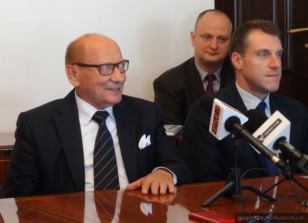 Od lewej prezydent Tadeusz Ferenc, dyrektor Wydziału Organizacyjno-Administracyjnego  Artur Kondrat oraz sekretarz Marcin Stopa