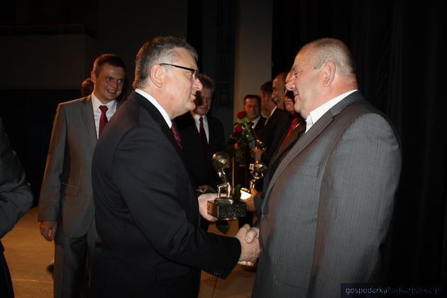 Burmistrz Sanoka Wojciech Blecharczyk wręcza nagrodę Jerzemu Tomie - prezesowi Trans NG Sanok, fot. Agnieszka Frączek