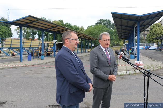 Od lewej prezes PKS Jarosław Ireneusz Kochanowicz i starosta jarosławski Tadeusz Chrzan