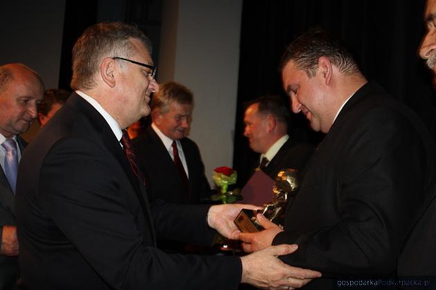 Wojciech Blecharczyk wręcza nagrodę Ryszardowi Radwańskiemu, właścicielowi firmy Decor Prestige, fot. Agnieszka Frączek