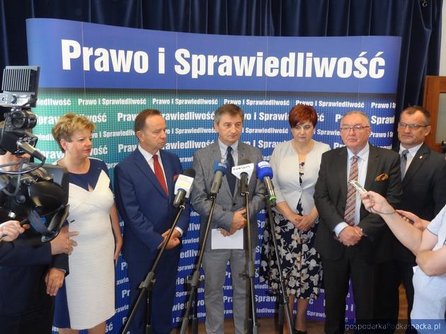 Od lewej Ewa Draus, Władysław Ortyl, Marek Kuchciński, Krystyna Wróblewska (przewodnicząca wojewódzkiego zespołu ds. wyborów samorządowych), Jerzy Borcz i Jerzy Cypryś