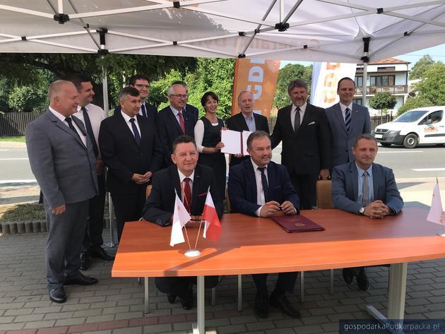Przedstawiciele GDDKiA i Budimeksu oraz parlamentarzyści, samorządowcy i wicewojewoda Lucyna Podhalicz podczas uroczystego pospisania umowy w Kamieniu