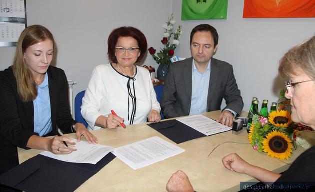 Podpisanie umowy z udziałem wicemarszałek Marii Kurowskiej.