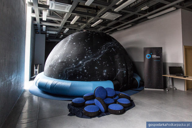 Mobilne planetarium odwiedzi Handzlówkę
