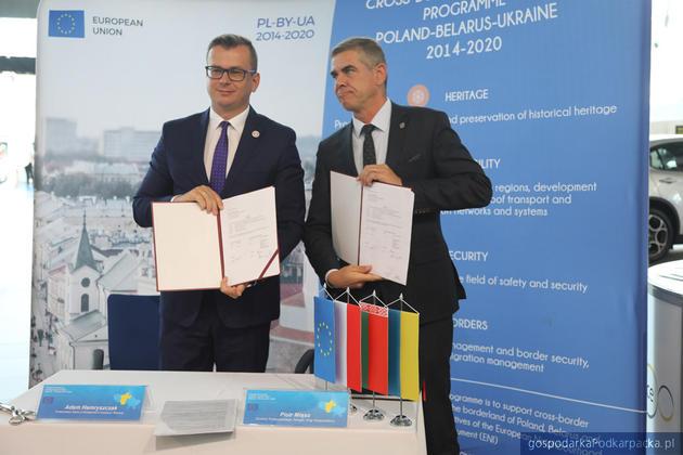 Od lewej wiceminister Adam Hamryszczak i dyrektor Podkarpackiego Zarządu Dróg Wojewódzkich Piotr Miąso