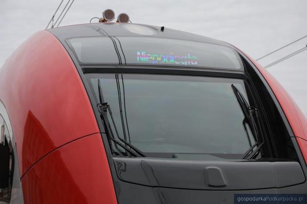 Biało-czerwony pociąg na podkarpackich torach