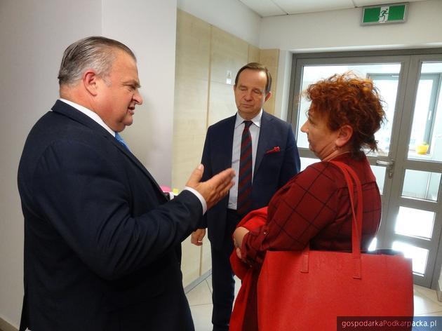 Od lewej członek zarządu województwa Stanisław Kruczek, marszałek Władysław Ortyl i działaczka OZZPiP Danuta Bazylewicz. Fot. Adam Cyło