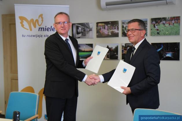 Od lewej prezydent Mielca Fryderyk Kapinos i dyrektor oddziału ARP w Mielcu Krzysztof Ślęzak