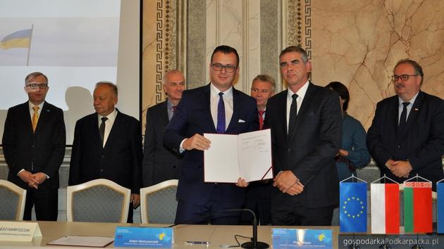 Z umową od lewej Adam Hamryszczak i Piotr Miąso