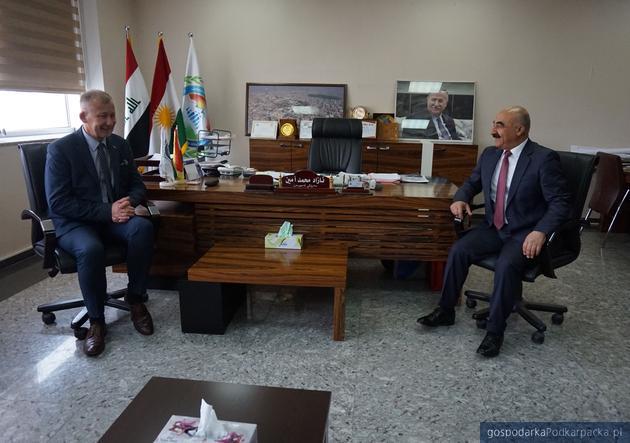 Adam Krzysztoń podczas spotkania z gubernatorem (przedstawicielem rządu) Sulejmaniji