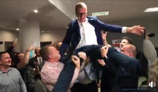 Wojciech Bakun fetowany przed godz. 23 przez zwolenników
