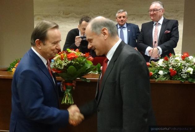 Marszałek Władysław Ortyl (z lewej) przyjmuje gratulacje od radnego Krzysztofa Fereta