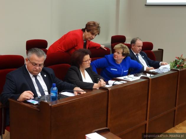 Od lewej siedzą Stanisław Kruczek, Maria Kurowska, Ewa Draus i Piotr Pilch. Stoi posłanka Krystyna Wróblewska