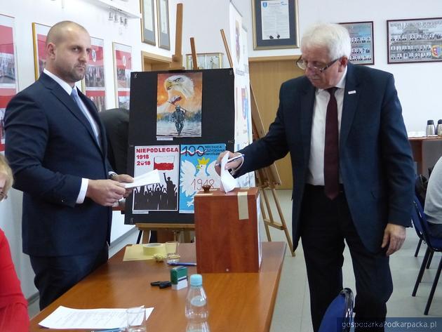 Józef Kardyś (z prawej) podczas inauguracyjnej sesji Rady Powiatu 17 listopada 2018. Fot. kolbuszowski.pl