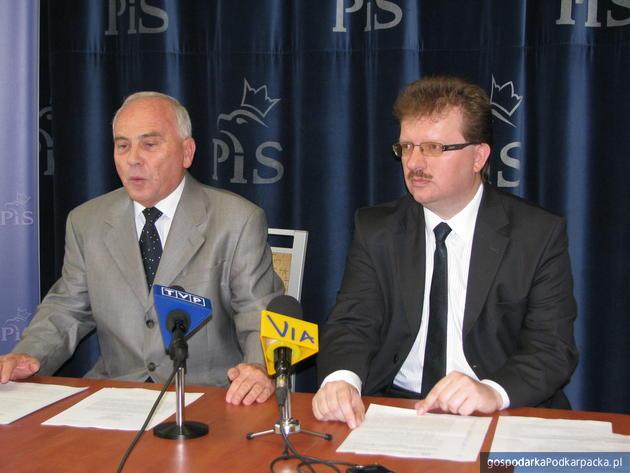 Od lewej poseł Andrzej Szlachta i poseł Piotr Babinetz, fot. Adam Cyło