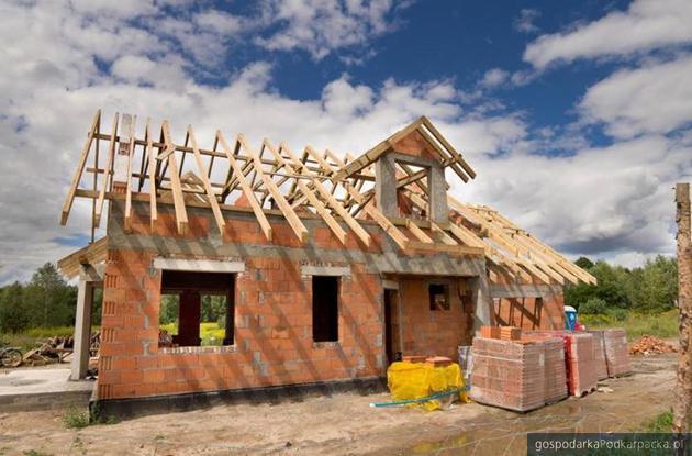 Praca dla dekarza i pomocników budowlanych